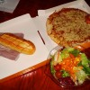 pizza con ensalada en Colonel Hathi´s Pizza